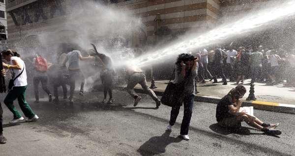 31 de maio - A polícia turca usou gás lacrimogêneo e canhões de água nesta sexta-feira contra manifestantes que ocupavam um parque no centro de Istambul, ferindo dezenas na mais recente repressão violenta a manifestações contra o governo