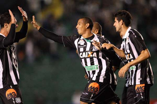 O Figueirense sofreu em casa, mas contou com dois gols de Rafael Costa para derrotar o Sport por 3 a 2 e pressionar o Palmeiras na briga pela primeira posição da Série B do Campeonato Brasileiro neste início de competição
