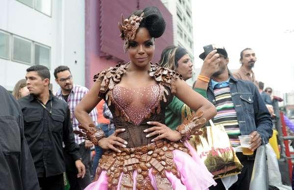 A dançarina e apresentadora Adriana Bombom faz pose durante a Parada Gay de São Paulo