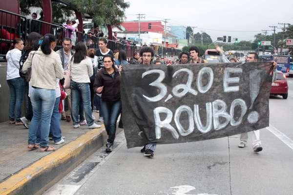 Os manifestantes protestaram contra o aumento das tarifas