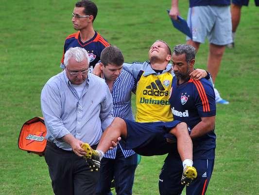 O volante Rafinha sofreu uma lesão nesta terça-feira durante o treino do Fluminense e deixou o campo das Laranjeiras carregado