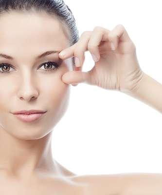 Alteração da textura, manchas, rugas, perda do contorno facial e do volume facial indicam o avanço do tempo