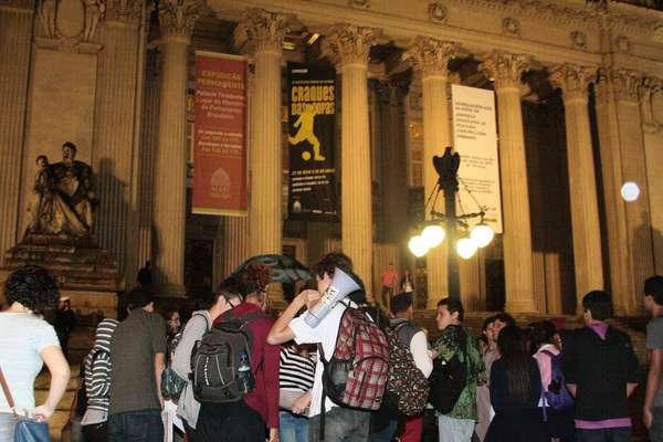 Estudantes protestaram contra o aumento nas passagens de ônibus em frente à Assembleia Legisltiva do Rio de Janeiro, no centro do Rio de Janeiro, nesta segunda-feira. Jovens sentaram na rua e atrapalharam o trânsito na região