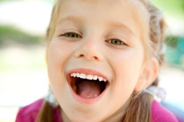 Apesar de parecer estranho, algumas vezes é preciso tratar o canal de um dente de leite. Isso porque a medida garante que o crescimento dos ossos do rosto e a fala da criança não sejam prejudicados pela falta de um dente que caiu ou foi extraído precocemente
