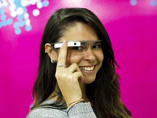 O Google Glass reproduz imagens por meio de um prisma localizado na parte superior direita da armação