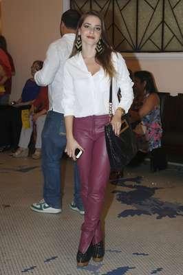 Monique Alfradique usa calça de couro em tom rosa forte. A peça é chamativa, mas o corpo perfeito da atriz e a camisa branca, que deixou o visual mais casual, permitem seu uso
