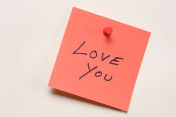 Frases de amor na parede: decorar a parede com adesivos está na moda. Então podemos usar frases românticas e apaixonadas no quarto ou sala para atrair mais amor para o casal. Quem não vai ficar mais apaixonado com uma frase do tipo: A medida do amor é amar sem medida?
