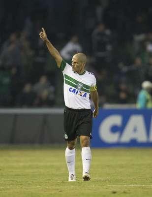 Com o 400° gol da carreira e uma assistência, Alex levou o Coritiba à vitória por 2 a 1 contra o Fluminense e à liderança do Campeonato Brasileiro