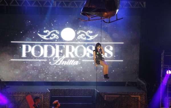 Anitta chegou imponente para a estreia da turnê Show das Poderosas, que aconteceu nessa quinta-feira (6), no Barra Music, no Rio de Janeiro. Com direito a helicóptero cenográfico, a funkeira mostrou todo seu poder no palco ao fazer suas performances sensuais