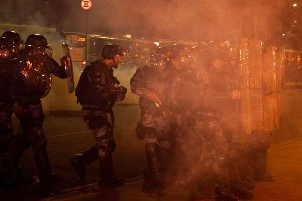 Manifestantes realizaram protesto contra aumento da passagem de ônibus na Central do Brasil, no Rio de Janeiro, na noite desta quinta-feira