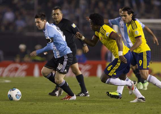 Nem a entrada de Messi no segundo tempo foi capaz de tirar o placar de Argentina x Colômbia do zero, pelas Eliminatórias sul-americanas para a Copa do Mundo de 2014; confira a rodada