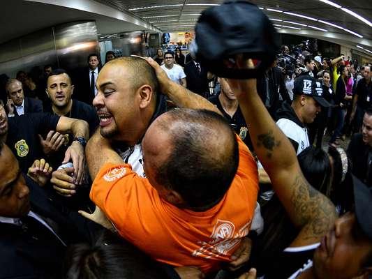 Retorno de torcedores do Corinthians contou com bastante emoção; alvinegros estavam presos em Oruro, na Bolívia, desde o dia 20 de fevereiro