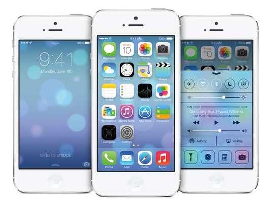 """A Apple modificou drasticamente o design do seu sistema operacional móvel, o iOS 7, no que chamou de """"a maior mudança desde a chegada do iPhone"""", com mudanãs nas cores, nos ícones e na tipografia. A atualização estará disponível para os usuários somente a partir de setembro deste ano"""