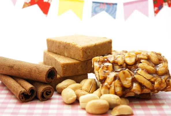 Paçoca e pé-de-moleque são alguns dos pratos mais típicos das Festas Juninas. O evento de Caruaru conta com uma versão de 15 metros do doce crocante