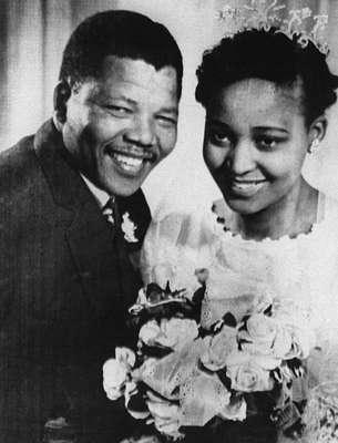 Mandela posa para foto com sua segunda mulher, Winnie Madikizela-Mandela, durante o seu casamento, em 1957, em Johanesburgo