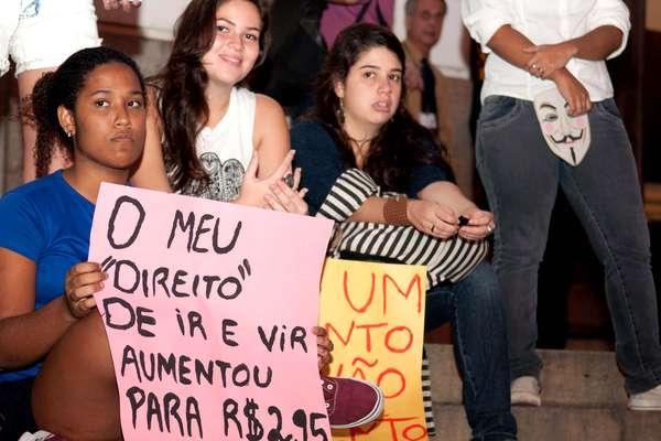Manifestantes se reuniram nesta segunda-feira para protestar contra o aumento da passagem do transporte público no Rio de Janeiro. Segundo o Centro de Operações Rio, o grupo interditou a avenida Rio Branco, na altura da Cinelândia, por volta das 18h, e seguiram pela rua Araújo Porto Alegre