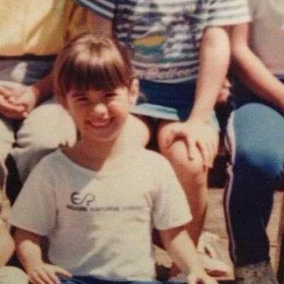 Tatá Werneck nasceu na Barra da Tijuca, no Rio de Janeiro, no dia 11 de agosto de 1983. Ela já fez parte do elenco de humoristas da MTV e atualmente vive a personagem Valdirene em 'Amor à Vida'. Na imagem, Tatá em foto de infância