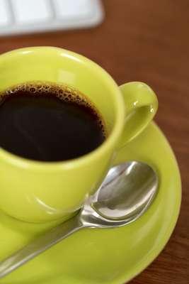 Café: é uma das principais bebidas conhecidas como termogênica, pois é estimulante do metabolismo. Deve ser consumida com moderação
