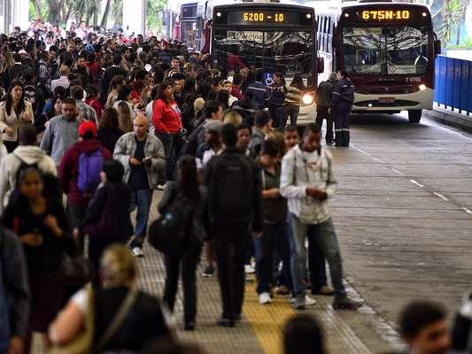 Passageiros lotam terminal de ônibus, que não deram conta do transporte dos usuários dos trens da CPTM que foram prejudicados pela greve