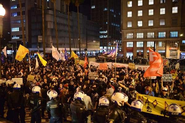 Diante de rumores de que a Justiça derrubaria liminar que suspendeu o aumento da tarifa dos ônibus, multidão se concentrou em frente à prefeitura de Porto Alegre