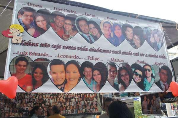 Uma faixa com casais que foram separados pela tragédia foi estendida na praça Saldanha Marinho