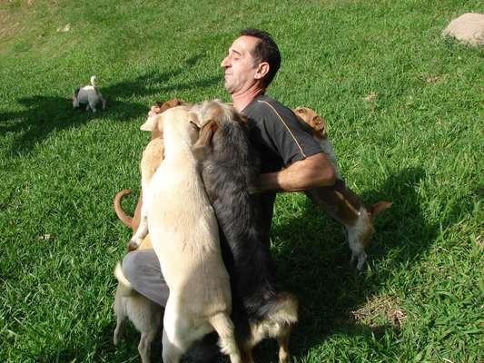 O ex-caminhoneiro Rogério da Silva cuida de 116 cães, que tem como filhos, em um racho no município de Gaspar, em Santa Catarina