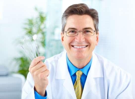 Tanto o dentista clínico quanto o especialista são capacitados a fazer diagnósticos e tratamentos. O paciente pode procurar os dois, e se for algum tratamento que o clínico não se sinta à vontade para fazer, ele faz o encaminhamento para o especialista da área