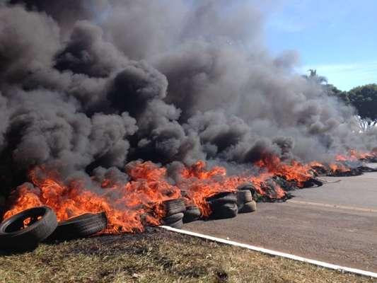 Na manhã desta sexta-feira (14), cerca de 800 sem-teto protestaram em Brasília contra a Copa das Confederações