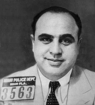 1. Al Capone.- Es hijo de emigrantes italianos, que fue trasladado de pequeño a Nueva York de niño. Trabajó como guardaespaldas de un gángster en Chicago, que se relacionaba a la prostitución y el juego. Al Capone se asocia con su jefe en el contrabando de alcohol, volviéndolo luego un negocio propio. Esta actividad ilegal sería la base de su fortuna. Su poder le llevó a enfrentarse con otras bandas que se dedicaban al mismo negocio.