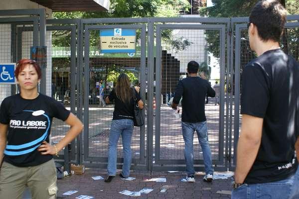 Estudantes fizeram coro pedindo para que o portão da Faculdade Fumec fosse aberto após as 14h em Belo Horizonte