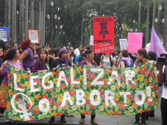 Cerca de 200 manifestantes participam de um Protesto contra o Estatuto do Nascituro, na Sé, na região central de São Paulo, neste sábado