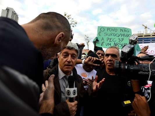 Os manifestantes que protestam contra o aumento da tarifa do transporte público no largo da Batata, em São Paulo, tentaram expulsar uma equipe da Rede Globo do ato que acontece desde as 17h