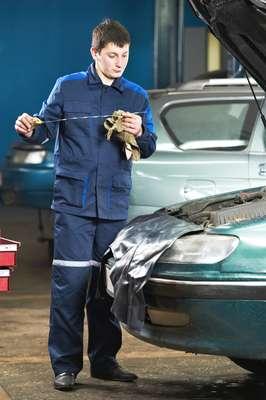 Carros que ficam parado muito tempo devem trocar o óleo a cada seis meses