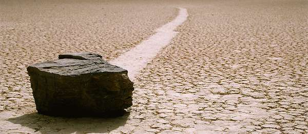 O lago seco de Racetrack Playa, na região do deserto do Mojave que é conhecida como Vale da Morte, tem um dos fenômenos geológicos mais intrigantes do planeta. Ninguém sabe como, mas pedras que podem ultrapassar 300 quilos deslizam pelo solo, deixando marcas atrás delas