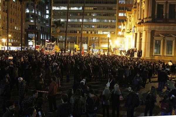 Cerca de 5 mil pessoas se reuniram no início da noite desta segunda-feira em frente à Prefeitura de Porto Alegre, no centro da cidade, dando continuidade aos protestos iniciados por conta do aumento da passagem de ônibus