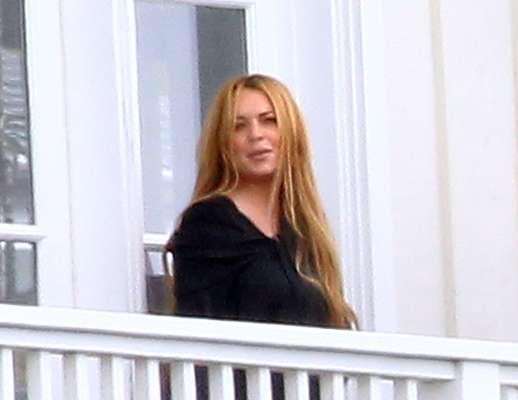 Lindsay Lohan foi fotografada na varanda de sua clínica de reabilitação, em Malibu, na Califórnia