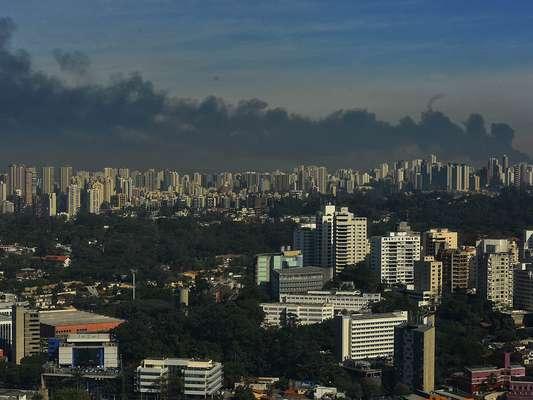 Fumaça negra proveniente do incêndio em Taboão da Serra é vista da zona sul de São Paulo