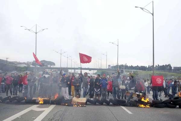 Protesto no km 23 da rodovia Anchieta em São Bernardo do Campo (SP) interditou o trânsito por duas horas na manhã desta quarta-feira