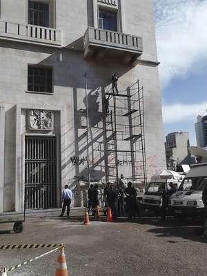 Funcionários da prefeitura de São Paulo trabalham na limpeza e no conserto do prédio, após os atos de vandalismo em meio aos protestos nesta terça-feira