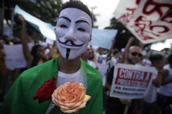 Manifestante participa de protesto em Salvador usando máscara inspirada no soldado britânico Guy Fawkes que ficou conhecida após o filme V de Vingança. A capital baiana teve um novo protesto por mudanças sociais nesta quinta-feira.