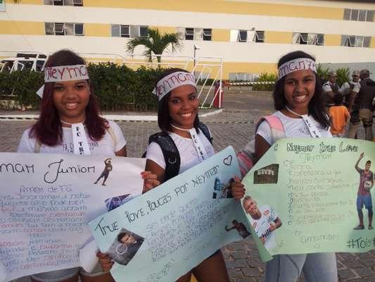 Os fãs já compareciam em bom número na entrada do hotel desde as 16h (de Brasília) e foram frustrados na chegada da delegação, que ocorreu por volta das 17h15