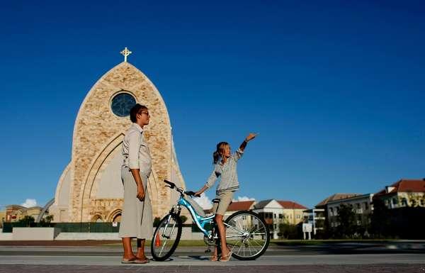 Ave María está diseñada como una típica ciudad española. Su iglesia y plaza en el centro y alrededor el proyecto urbanístico que incluye viviendas, comercios y hasta empresas.