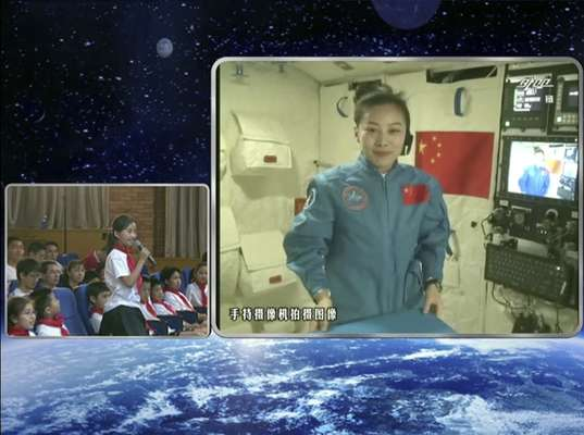 A astronauta chinesa Wang Yaping, 33 anos, deu uma aula nesta quinta-feira a bordo da nave espacial Shenzhou X, que foi retransmitida ao vivo para 60 milhões de crianças do país asiático, na primeira vez que a China fez este tipo de atividade no espaço