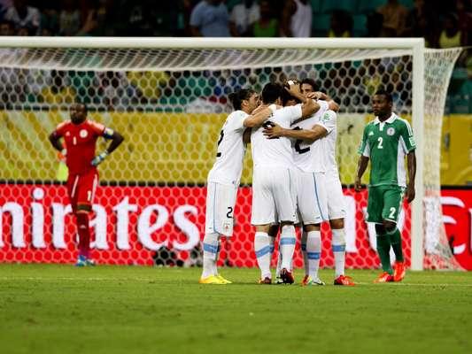 O Uruguai se recuperou da derrota para a Espanha na estreia e, nesta quinta-feira, superou a Nigéria por 2 a 1, na Fonte Nova. O resultado deixou a equipe sul-americana perto da vaga para a semifinal da Copa das Confederações