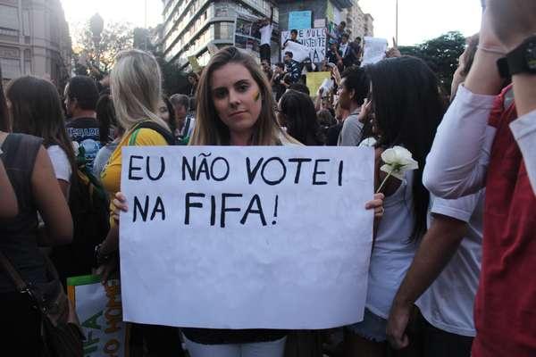 A quinta-feira foi mais um dia de protestos durante a Copa das Confederações. Manifestantes por todo o País saíram às ruas com faixas criticando os gastos no evento esportivo e pedindo mais investimentos em educação e saúde. A Fifa também foi alvo de críticas em Belo Horizonte