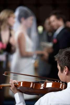1.Pense em um aspecto do casamento em que você gostaria de ter mais influênciaNão é nenhum segredo que a noiva vai querer planejar cada detalhe do casamento, do princípio ao fim. Mas antes que ela decida tudo, deixe claro que quer ajudar. Comente sobre um aspecto que gostaria de ter maior influência, como na escolha da música, do DJ, do fotógrafo. Se vocês não conseguem trabalhar em conjunto no planejamento do casamento, como vão ser capazes de trabalhar juntos em outros grandes eventos na vida?