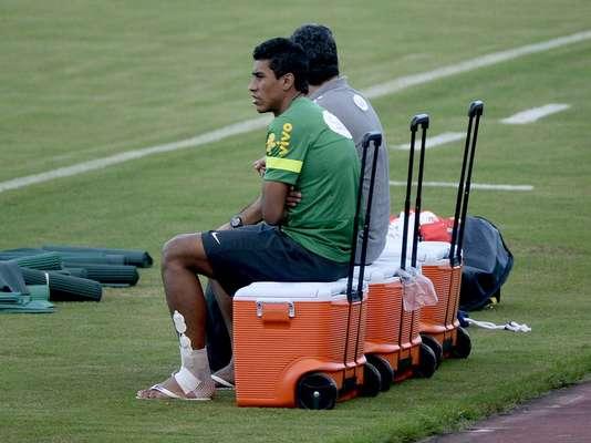 Com a ausência de Paulinho, confirmada minutos antes do início da atividade desta sexta-feira, o técnico Luiz Felipe Scolari treinou com apenas uma novidade na equipe titular
