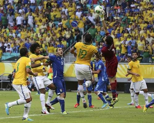 El capitán y portero italiano Gianluigi Buffon ataja un disparo durante la primera etapa del encuentro ante Brasil en la Arena Fonte Nova, en Salvador.