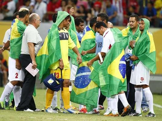 Mesmo após sair derrotada por 0 a 8 na partida contra o Uruguai, a seleção do Taiti protagonizou um espetáculo ao término do duelo, neste domingo (23), na Arena Pernambuco