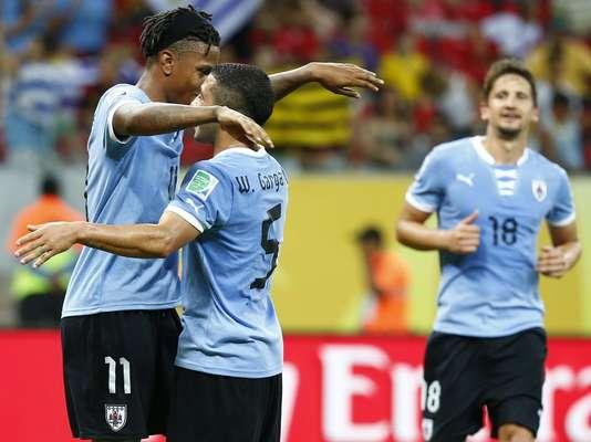 O Uruguai garantiu neste domingo a segunda vaga do Grupo B na Copa das Confederações ao derrotar, na Arena Pernambuco, a seleção do Taiti por 8 a 0